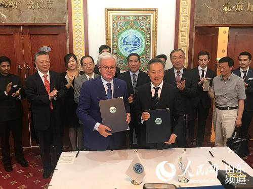 圖為上合組織秘書長阿利莫夫與偉東云教育集團董事長王端瑞簽署戰略合作協議
