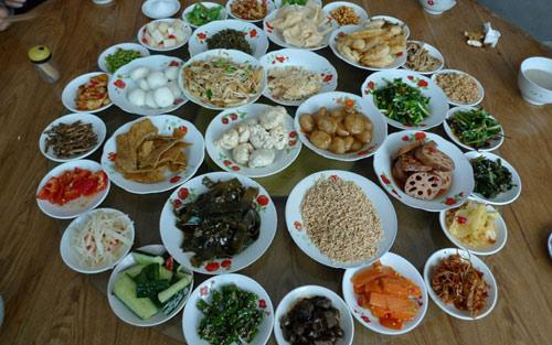 引用擂茶时的副食品和坛子菜