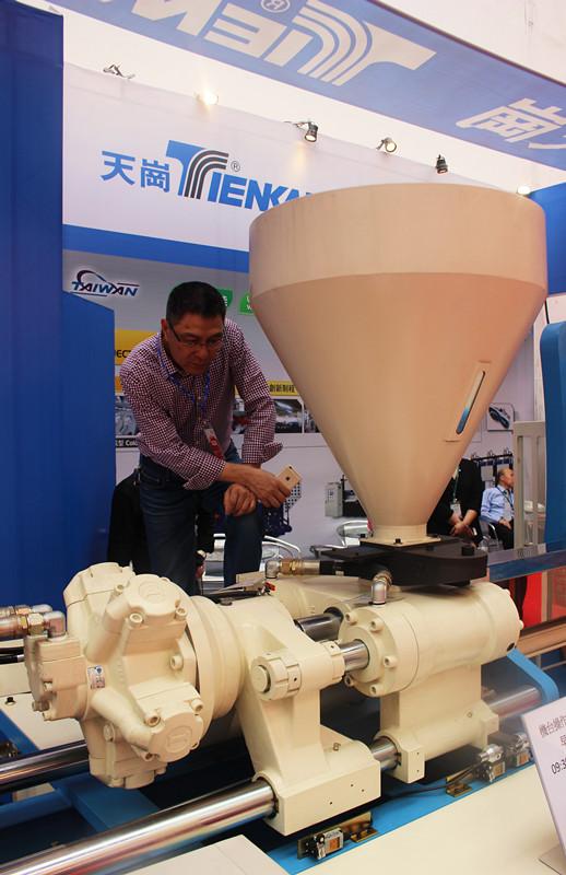 图1:在晋江鞋博会上,自动化的台湾鞋机广受欢迎  彭娟摄