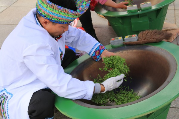 conew_制茶现场,选手们对茶叶进行杀青的流程