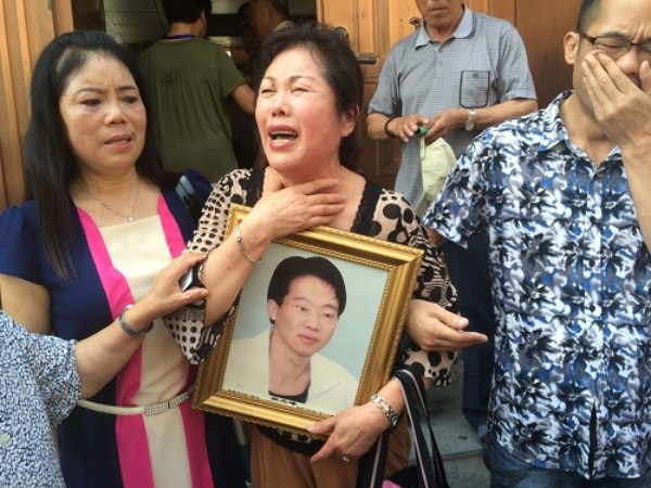 conew_林立峰的妈妈抱着孩子遗像走出法庭 权义 图