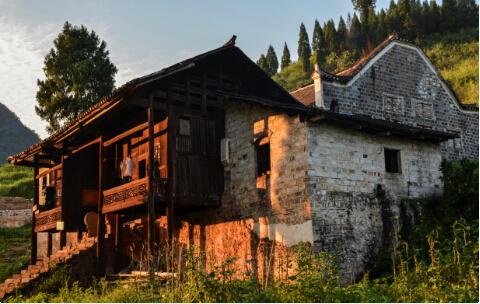 夕阳照射下的土司王衙署区,斜晖透过屋檐,洒在古老的石墙上