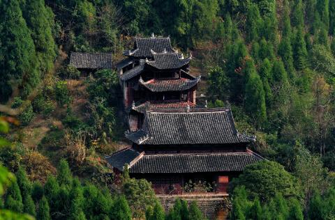 远观老司城祖师殿,在植被的衬托下,显得富有生机