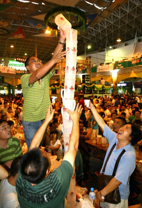 游客在青岛国际啤酒节尽享欢乐