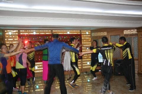 中国旅客和当地人一起载歌载舞(刘远摄)