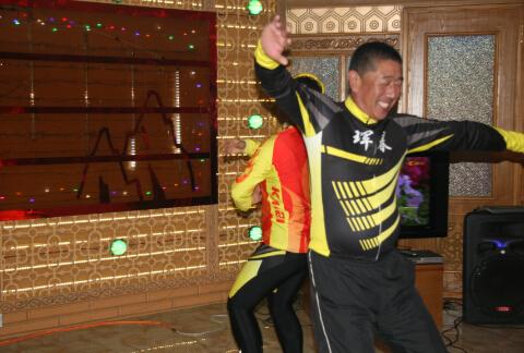 中国旅客与当地人一起载歌载舞(刘远摄)