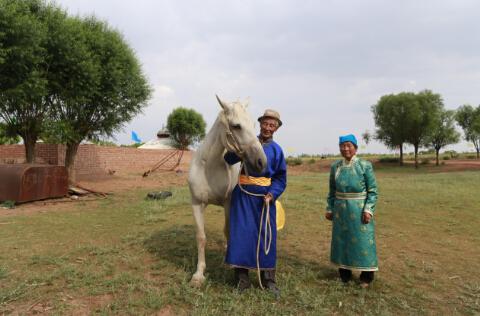 巴音青克勒老人与他最喜欢的白马。冯永斌摄