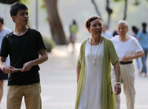 为下一代容的大妈     中国日报记者 胡美东摄