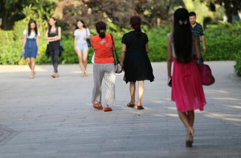 年代的背影 (摄于2015年8月福州西湖公园)  中国日报记者 胡美东摄