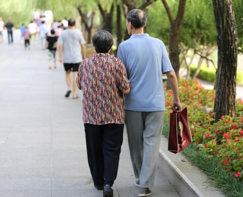 与君子白头偕老的大妈   中国日报记者 胡美东摄