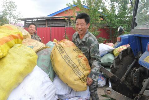 移民后的丁小山村村民喜获丰收 丁陆洋摄