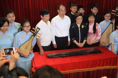 中共福建省委书记尤权6月2日参观香港福建中学(华校)并向学校赠送一把古琴  中国日报记者 胡美东摄