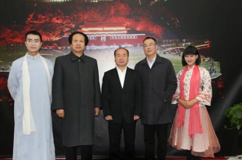 记者采访《中国出了毛泽东》主要演员,左一为青年毛泽东饰演者宁治,左二为中老年毛泽东饰演者莫正强,右一为杨开慧饰演者