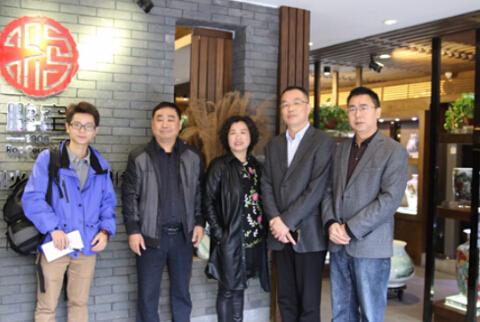 记者采访陶瓷艺术大师彭玲(左三)