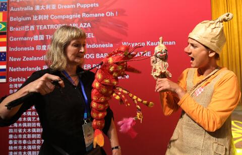 澳大利亚木偶与比利时木偶台下过招,国外木偶动漫画更受孩子们的喜欢。中国日报记者胡美东摄 (23)