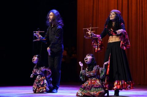 欧洲木偶注重表演艺术家与木偶的高度融合。德国木偶剧院在第四节中国泉州国际木偶节上表演精彩节目  中国日报记者胡美东摄 (4)