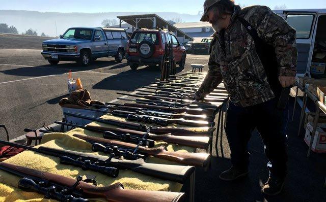 这位顾客买走了一只375美元的猎枪。 钟布摄