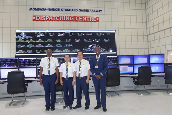 哈里森(harrisonkimani,右1)和同事们在蒙内视频指挥调度中心.分式的铁路图片