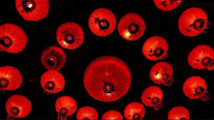 【中国那些事儿】大红灯笼高高挂 法媒:中国彩灯节点亮法国古城冬夜