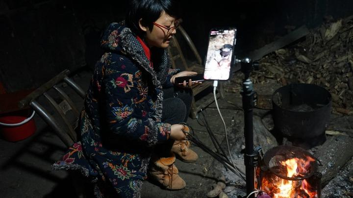"""【中国那些事儿】精准扶贫新模式:""""农民主播""""打开兴农新大门"""