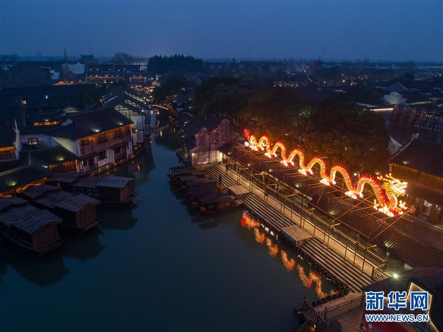 """(美丽中国)(3)传统""""水灯会""""点亮江南水乡古镇"""
