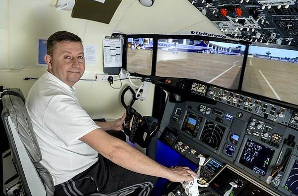 炫酷!英国一父亲在自家餐厅建造波音737飞行模拟器