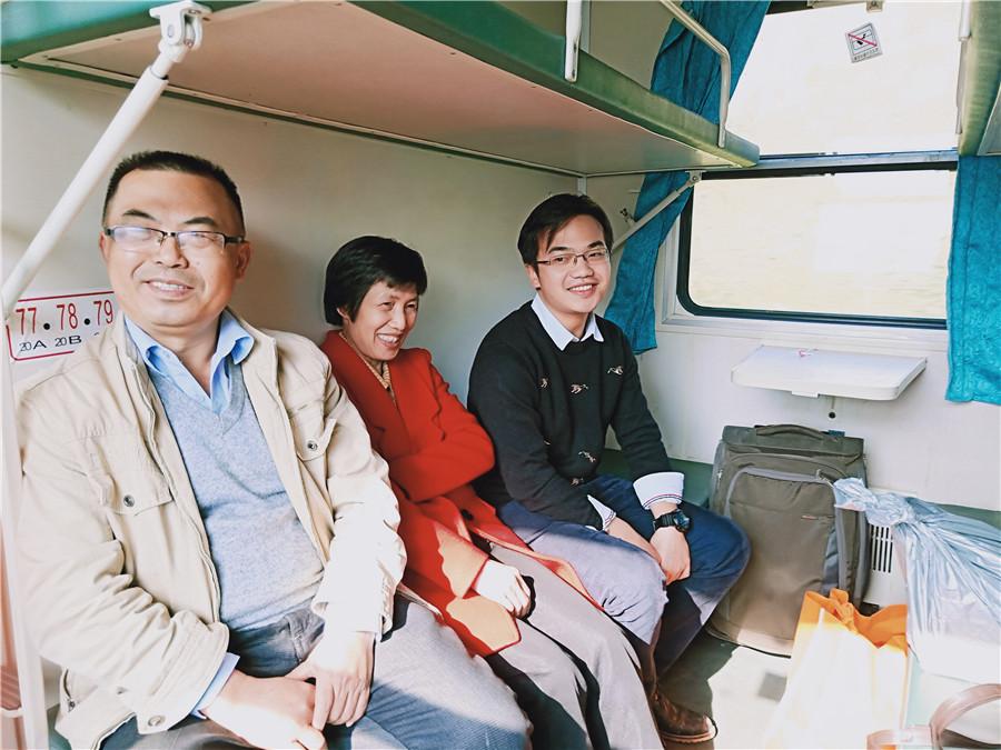 姚大江苏卫视_大年二十九,一家人在赶往版其站过年(姚华冬 摄)