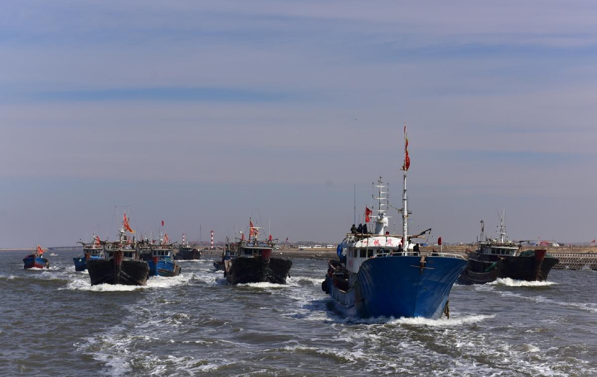 开海节上,几百条渔船起锚下海.(摄影:王震宇)