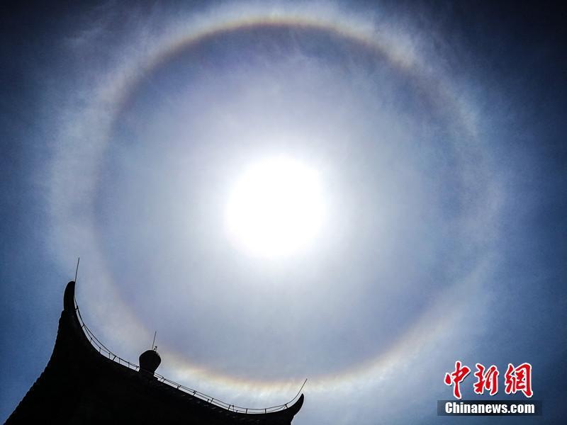 """安徽黄山现""""日晕""""景观 持续近1小时"""