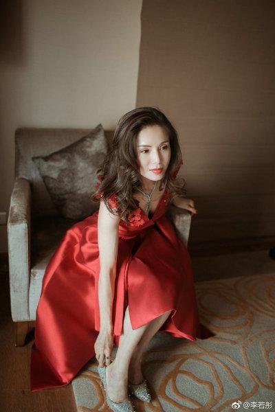 和女人操逼囹�a�L_李若彤一袭红裙惊艳 搭配长卷发女人味十足