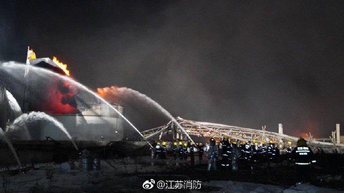 实拍盐城化工厂爆炸现场 892名消防员连夜奋战