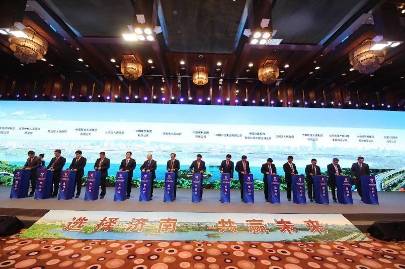 济南与央业合作对接会签约仪式 山东省委常委、济南市委书记王忠林在致辞中表示,在济南跨越发展的过程中,央企贡献巨大、功不可没。目前,驻济央企达130多家,在济南设立总部、区域总部近30家;仅2017年以来,就与60余家中央企业签署战略合作协议,签约金额超过5000亿元。特别是在基础设施、新能源、智能制造、生物医药、现代农业等方面,央企与济南市都有着非常深入的合作。 此次对接会创造了济南市与央企合作的三个最,即一次性集中签约项目最多、签约金额最大、涉及领域最广。主要涉及总部经济、智能制造与高端装备、高新技