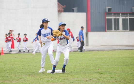 成都市第三届青少年软式棒垒球锦标赛在高新区开赛马术飞艇纸冠军宏图片