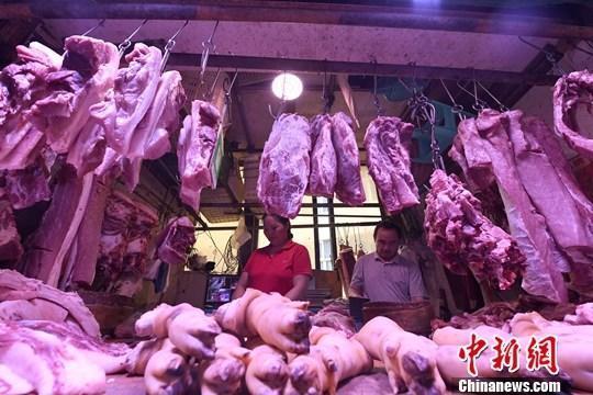 9月4日,重庆主城区的一家农贸市场内,商贩正在摆放猪肉。近期,猪肉价格接连上涨。据了解,重庆各大商超猪里脊肉每斤售价在28元左右,精品三线肉每斤25元左右。中新社记者 陈超 摄
