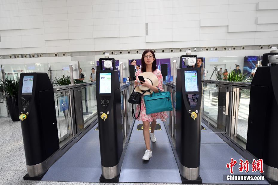 """广州白云国际机场首批投入运行的10条""""易安检""""通道正式开放"""
