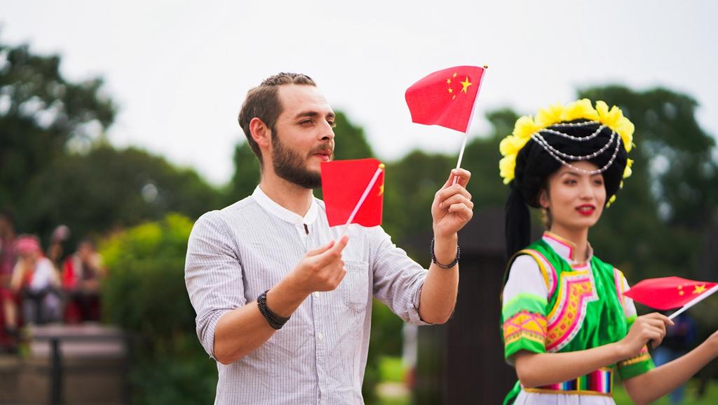 """云南举办""""快闪""""活动献礼新中国成立70周年"""