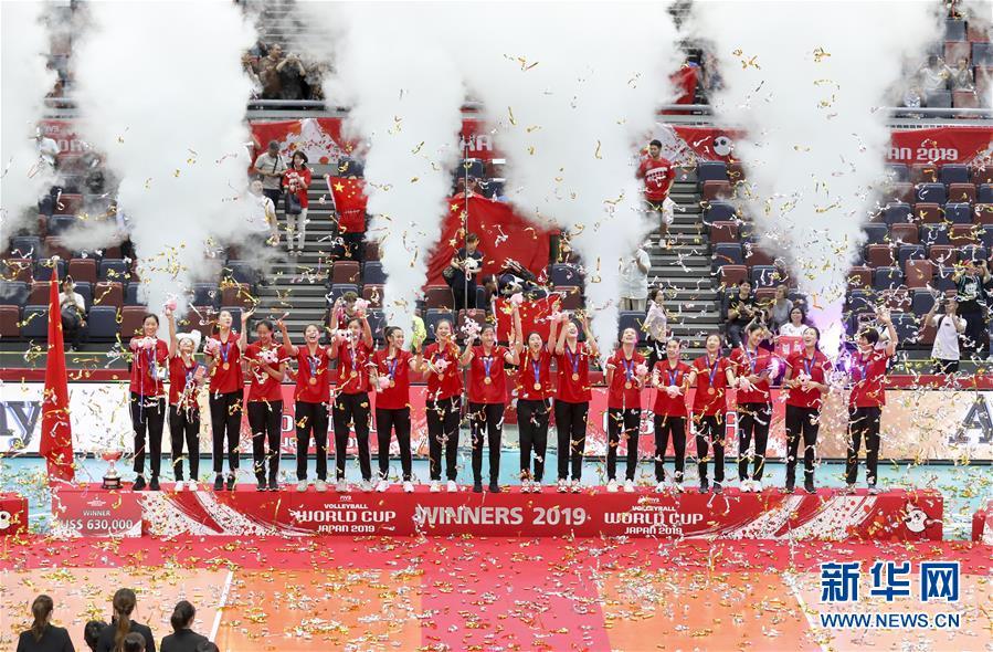 (体育)(6)排球——女排世界杯:中国队捧杯