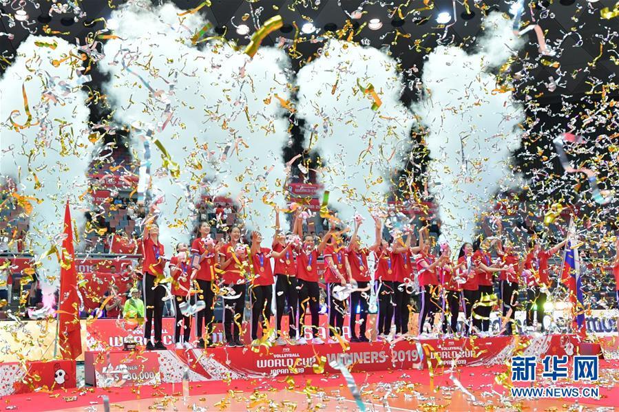 (体育)(9)排球——女排世界杯:中国队捧杯