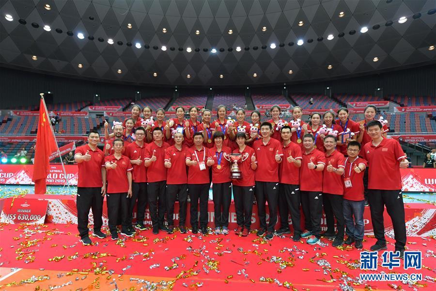 (体育)(10)排球——女排世界杯:中国队捧杯