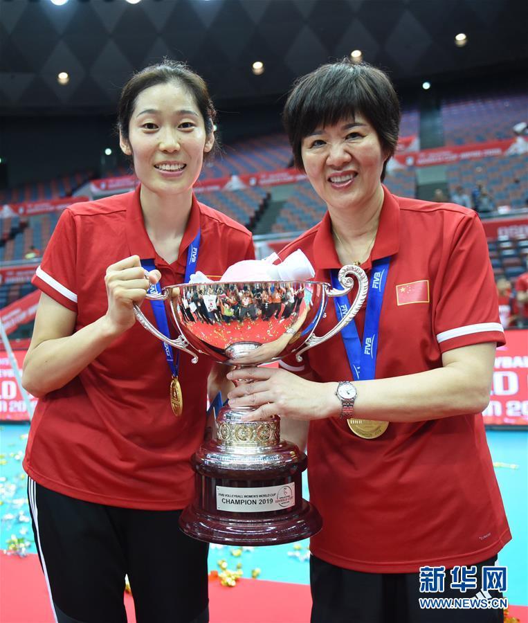 (体育)(23)排球——女排世界杯:中国队捧杯