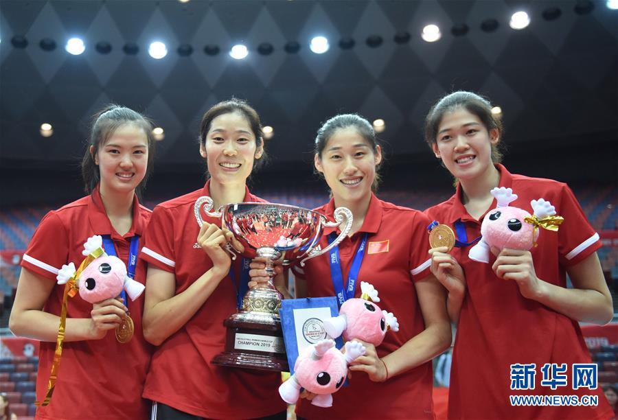 (体育)(25)排球——女排世界杯:中国队捧杯