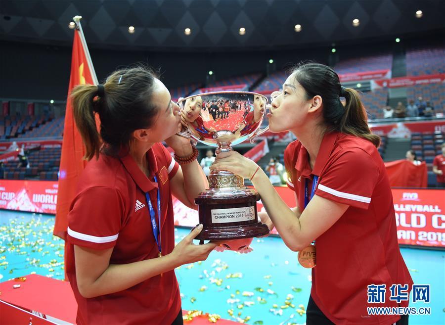 (体育)(26)排球——女排世界杯:中国队捧杯