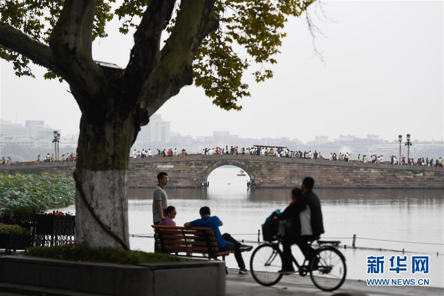 (社会)(2)国庆期间全国共接待国内游客7.82亿人次