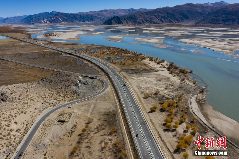 航拍西藏雅江北岸泽贡高等级公路