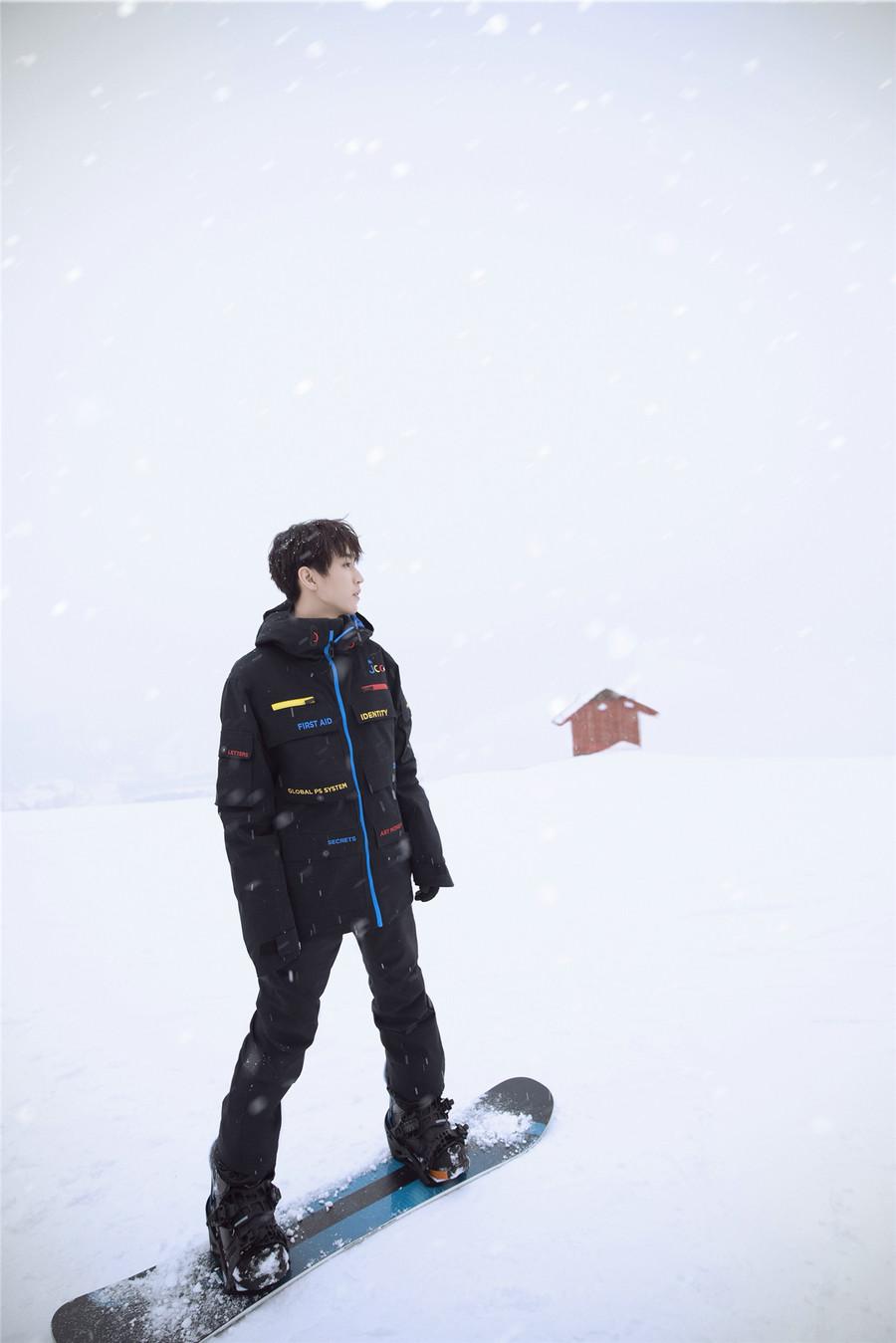王俊凯冰雪大片曝光 笑容仿佛冬日里的一米阳光