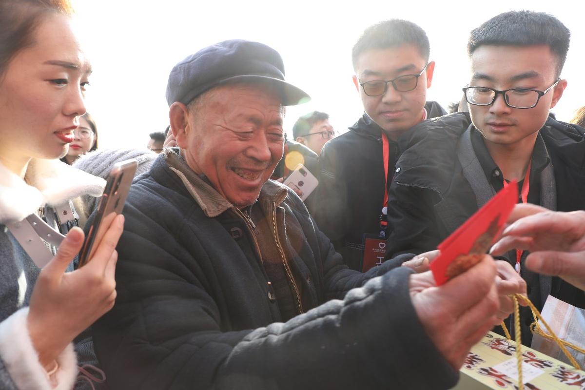 思埠集团董事长吴召国联合百名掌柜为家乡老人团拜献爱心