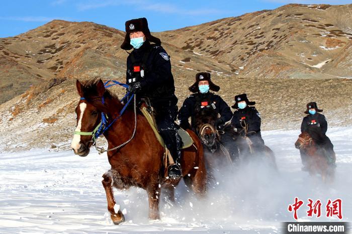 新疆伊吾县普降大雪 民警零下27