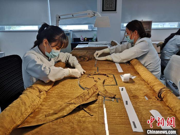 """丝绸博物馆""""女医生"""":20余年巧手缝补曾修复慈禧龙袍"""