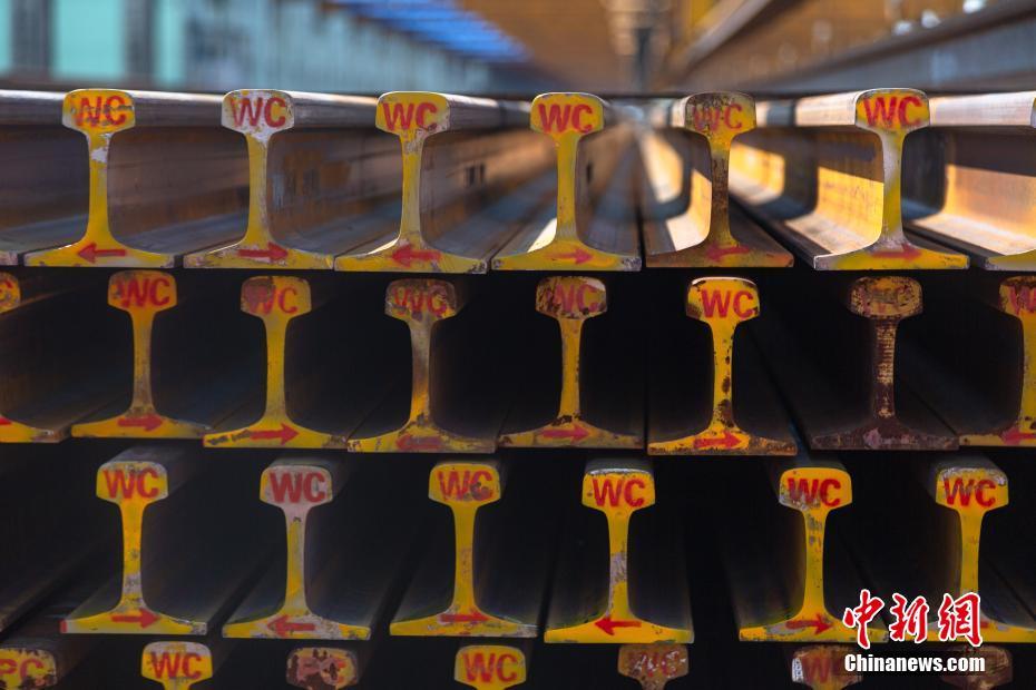 航拍华东最大铁轨焊接基地 百米高铁长轨从此诞生