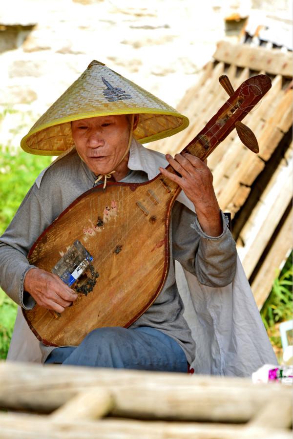 上九山村的老艺人在村里为游客做故事说唱表演-鞠传江摄影_meitu_10